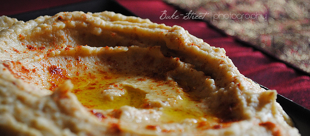 Hummus con bastoncillos de aceitunas negras