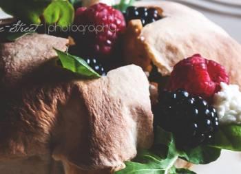 Puffs con ensalada de frutos silvestres
