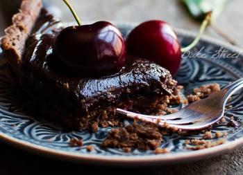 Pastel de chocolate y cerezas