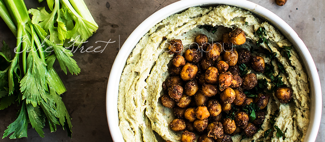 Hummus de aguacate con garbanzos picantes asados