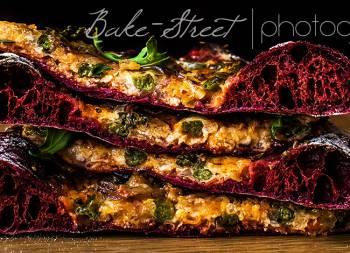 Pizza de remolacha con pesto rojo y espárragos