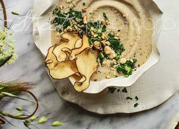 Cauliflower and pear cream with hazelnuts