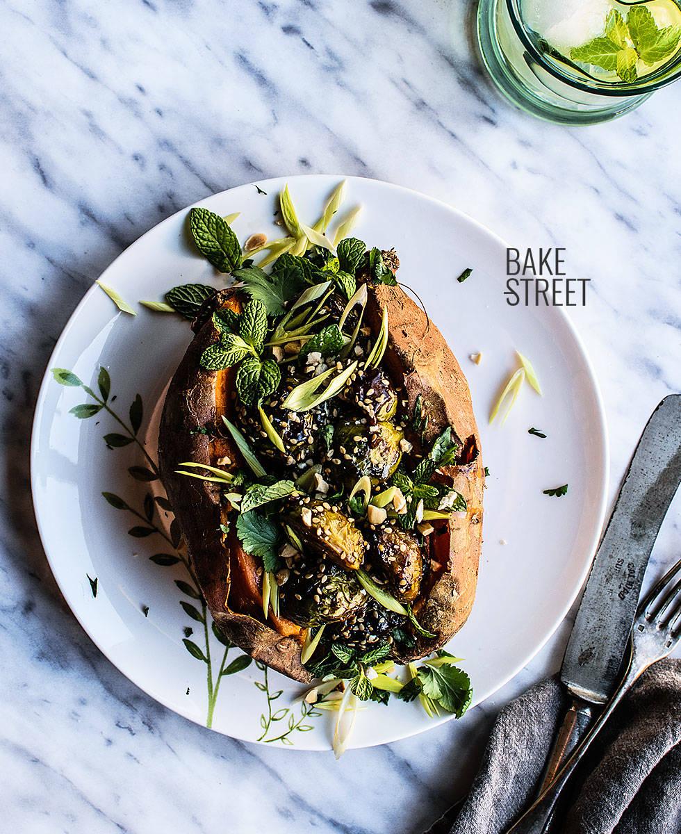 Batatas rellenas con coles de Bruselas Kung Pao