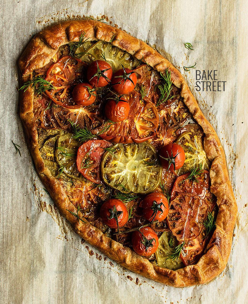 Galette de centeno con pesto y tomates