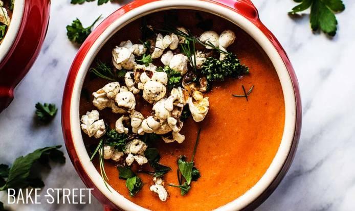 Sopa de tomate con ciruela, Bourbon y palomitas picantes