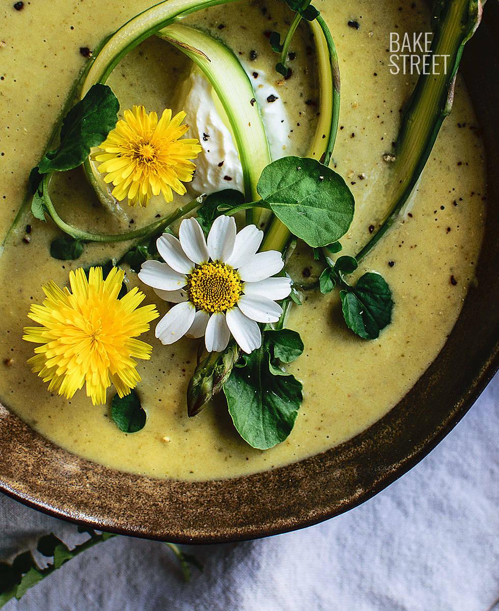Crema de espárragos, limón y tomate verde con tahini