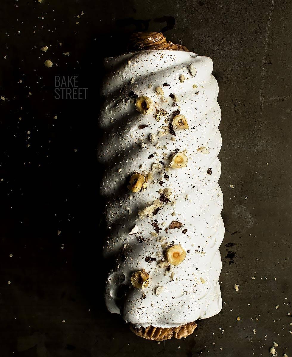 Tronco de merengue con crema de avellanas