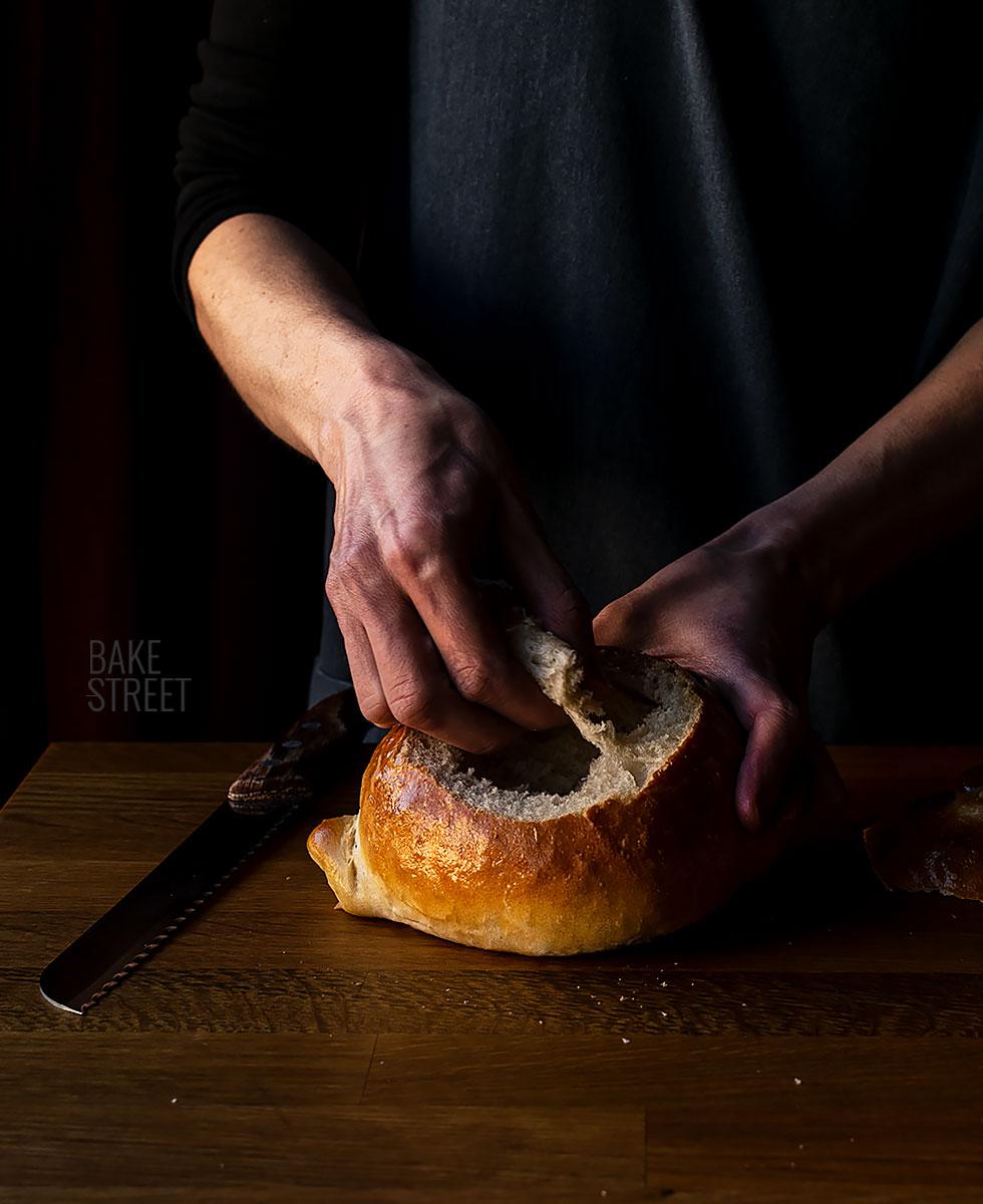 Sopa de queso y cerveza en cazuela de pan
