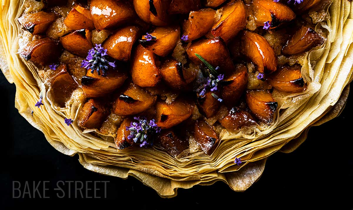 Tarta de crema de almendras y albaricoques